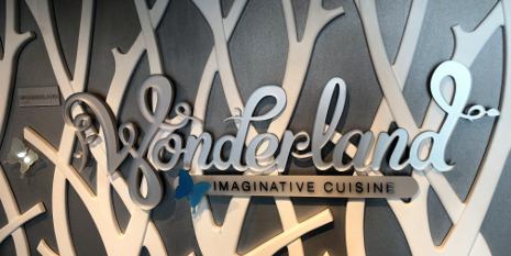 Eingang zum Restaurant Wonderland an Bord der Symphony of the Seas