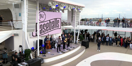 Die Band The Baseballs gab ein Konzert am Pooldeck